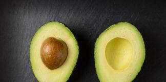 Eine aufgeschnittene reife Avocado.