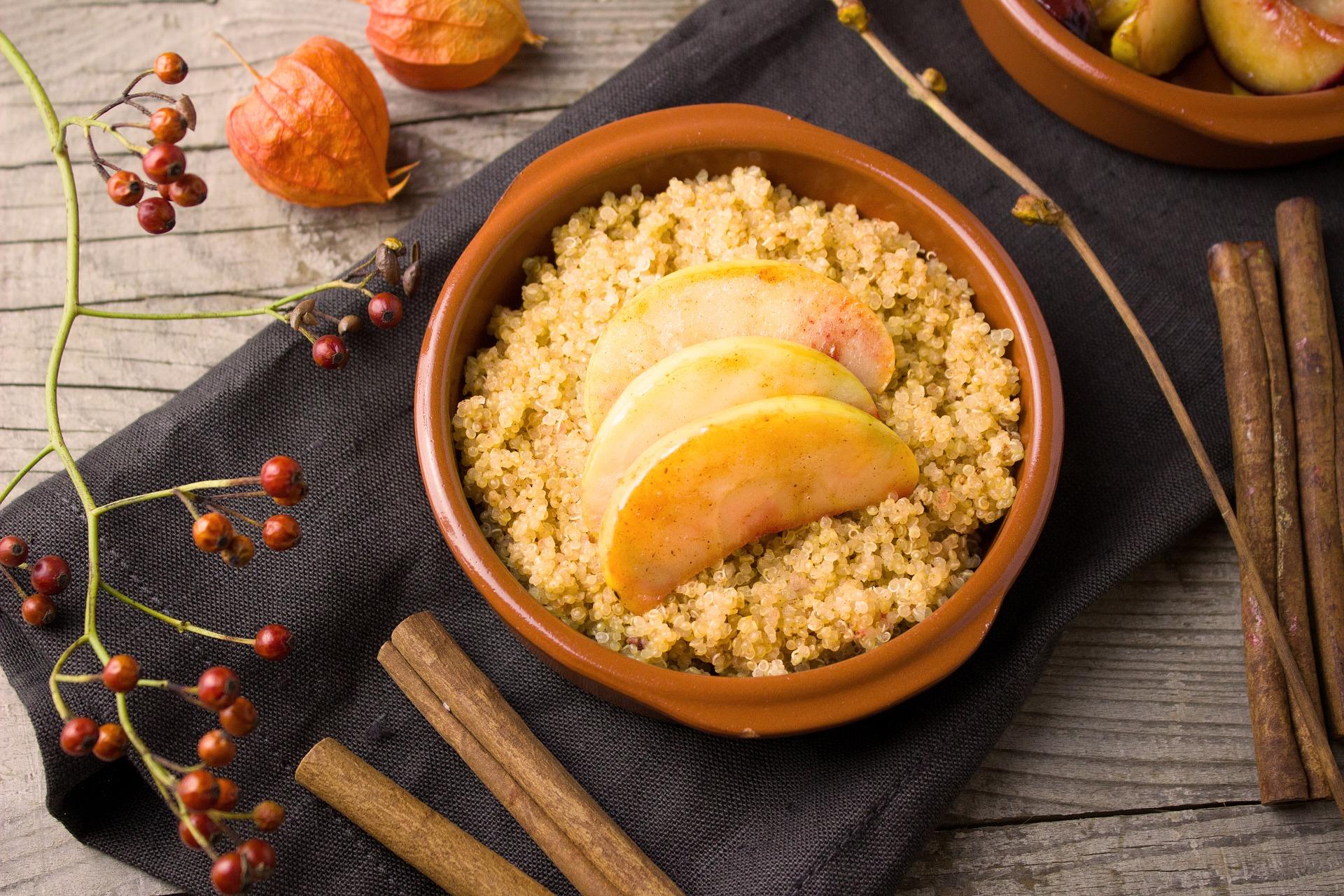 Adventliches Arrangement mit Quinoa, Apfel und Zimt.