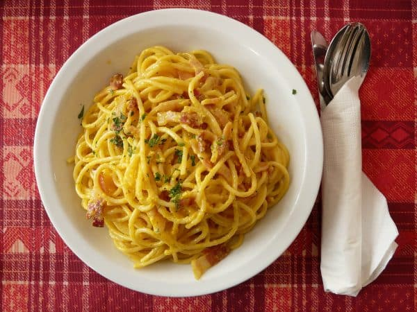 Spaghetti Carbonara mit Speck und Petersilie