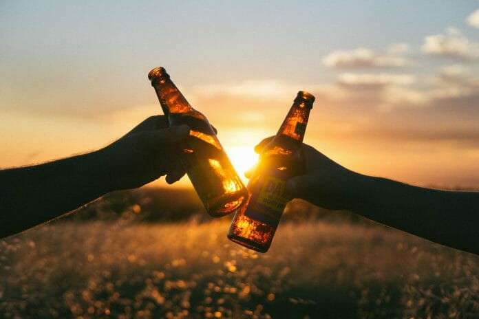 Zwei Flaschen Bier im Sonnenuntergang.