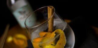 Gin Tonic mit Zimtstange und Orangenschale