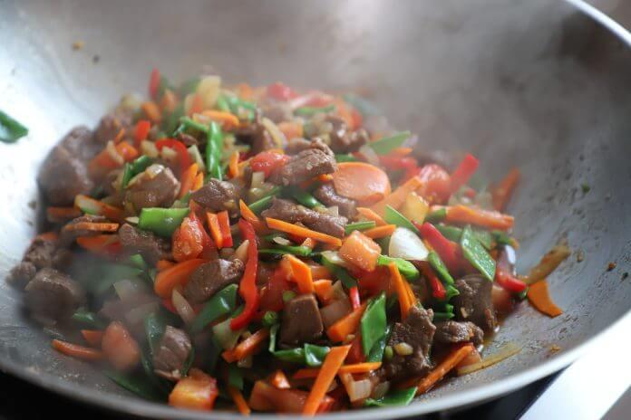 Gemüsegerichte umami in einer Pfanne