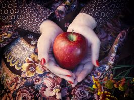 Frutarier hält Apfel in den Händen.