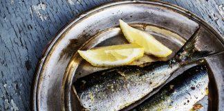 Fisch auf einem Teller mit Zitronen